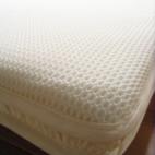 ハニカム立体構造のベビー敷布団 あかちゃんの背中に空気層を作り、不快な蒸れを防ぎます。