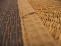 ヘム(周りの布の部分)の縫い合わせ部分が、縫製の都合上、浮き上がったようになっています。こちらも予めご了承ください。